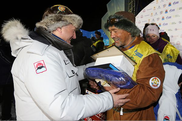 Губернатор края Владимир Илюхин вручает призы победителям.