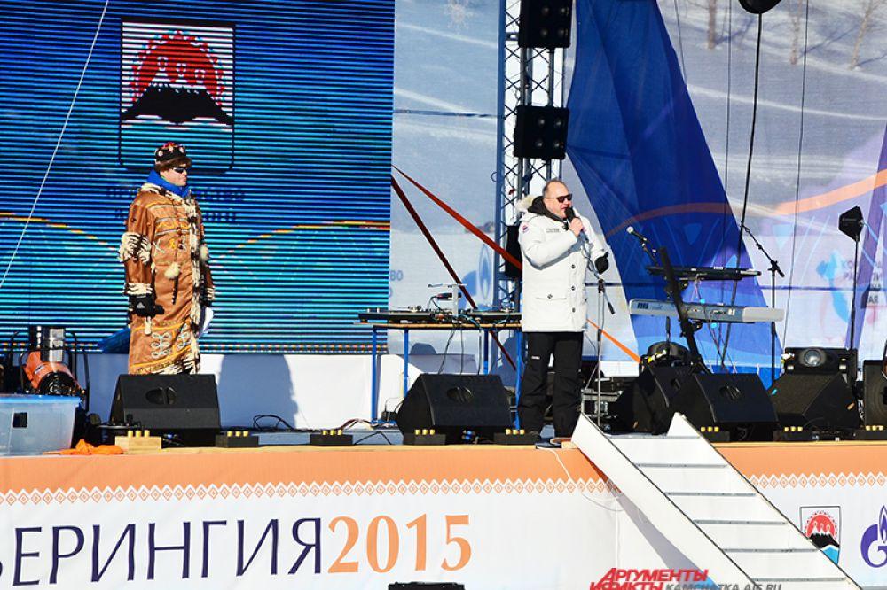 На главной сцене - ведущий Дмитрий Губерниев и губернатор Камчатского края Владимир Илюхин.