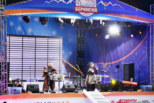 На сцене - дуэт барабанщиков «Давлет Хан».