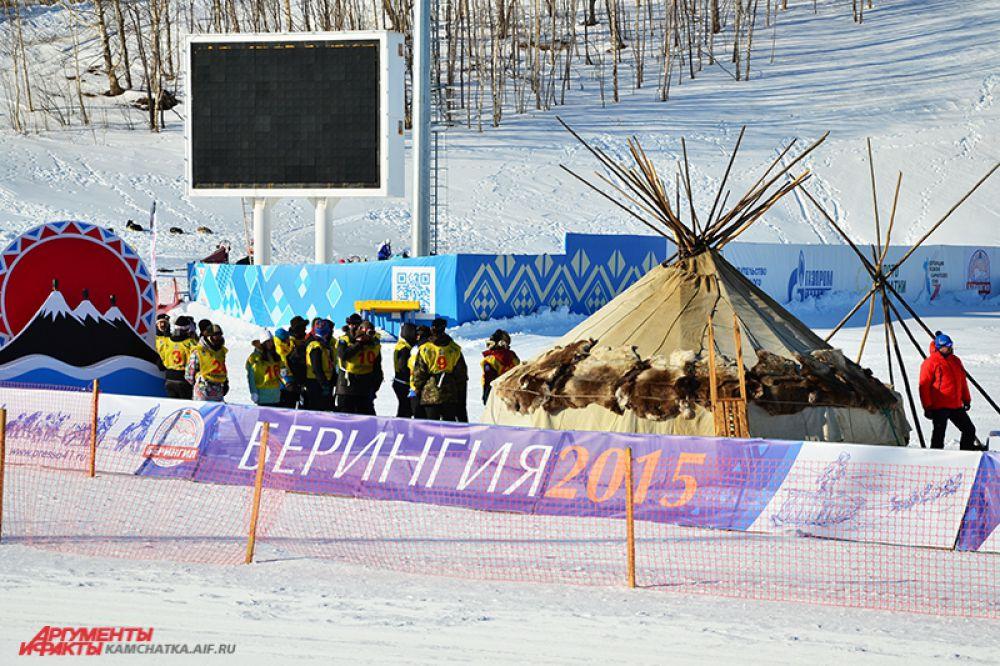 Пока идет церемония открытия праздника, каюры готовятся к старту.