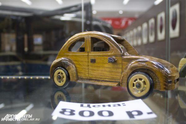 Сувенир - автомобиль из дерева. Выставлен на продажу в музее.