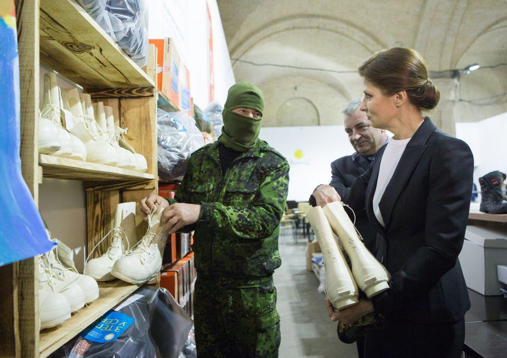 Марина Порошенко передала «теплый караван» для украинских разведчиков