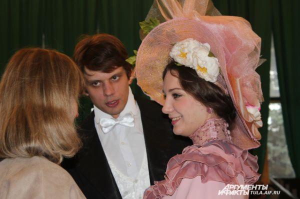 Гостей встречала роскошная дама в красивой шляпе и ее галантный кавалер
