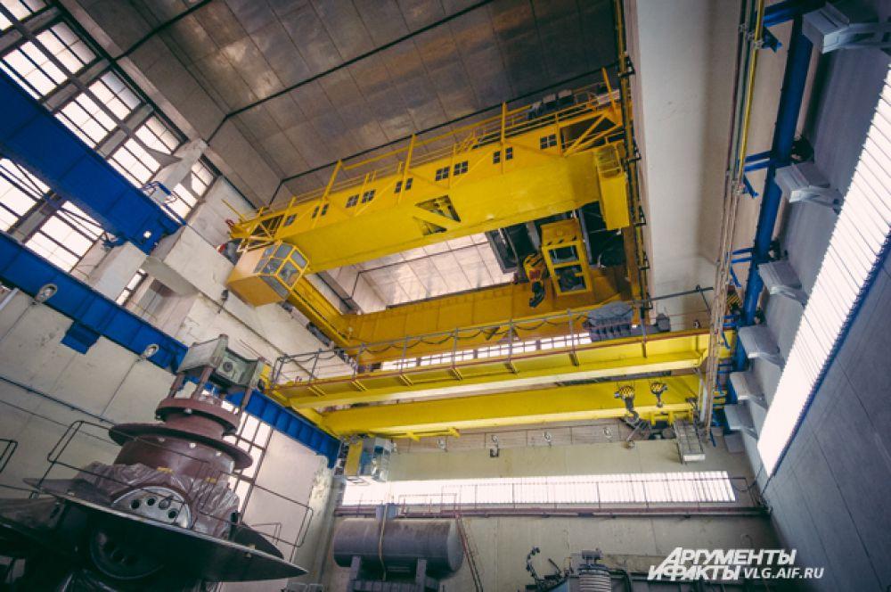 Многотонное оборудование перемещают по машинному залу с помощью специального крана.