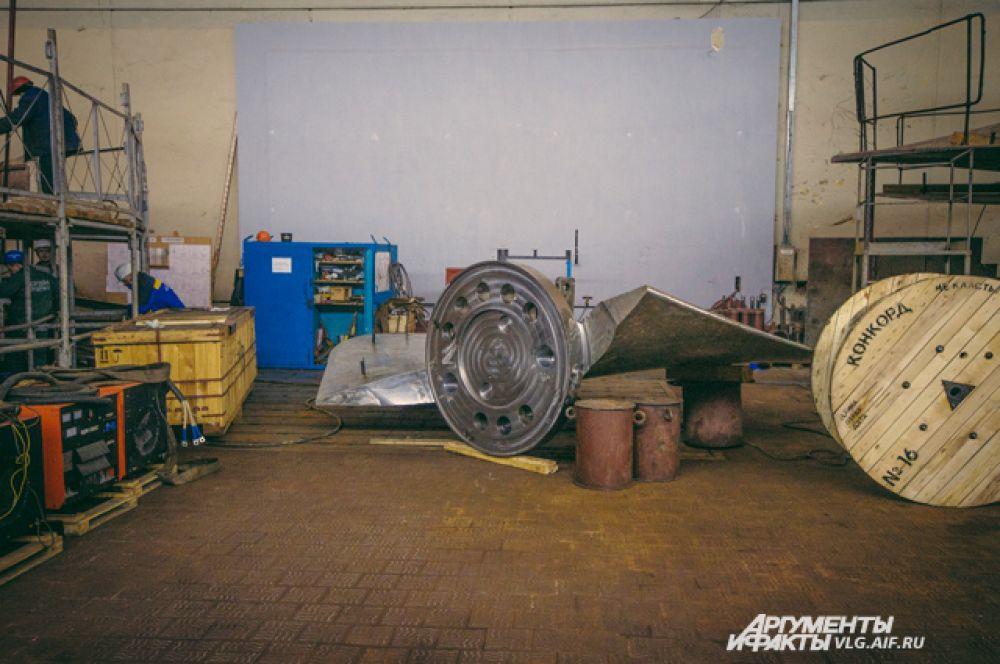Одна лопатка турбины весит около 17 тонн.