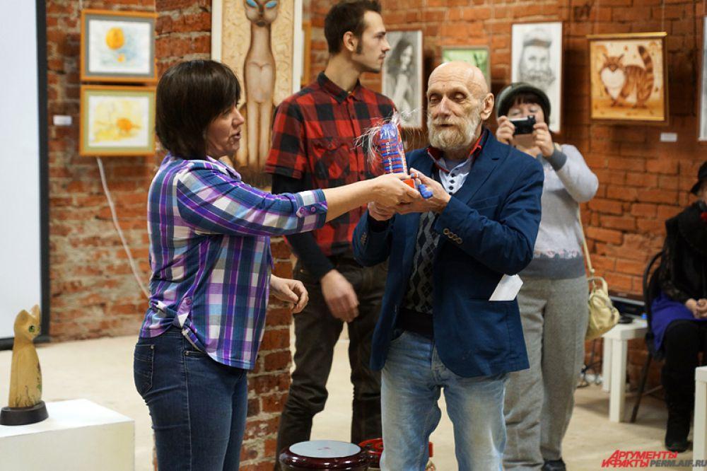 Организатор экспозиции Юрий Лапшин не остался без подарка.