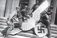 Снятие фашистского орла со здания имперской канцелярии.