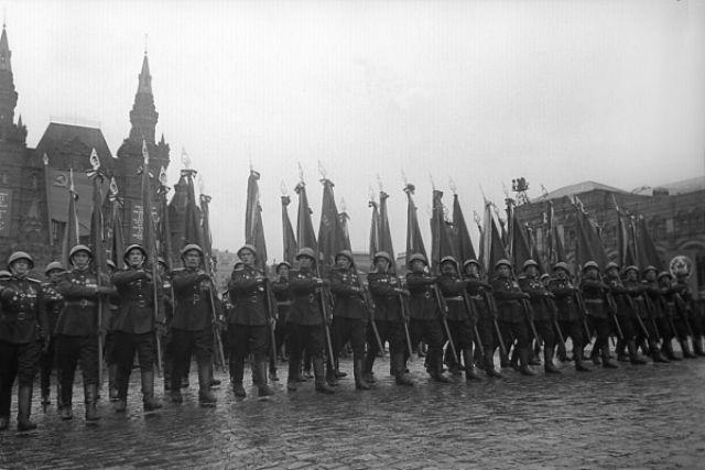 Торжественный марш сводного полка одного из фронтов на Параде Победы на Красной площади 24 июня 1945 года.