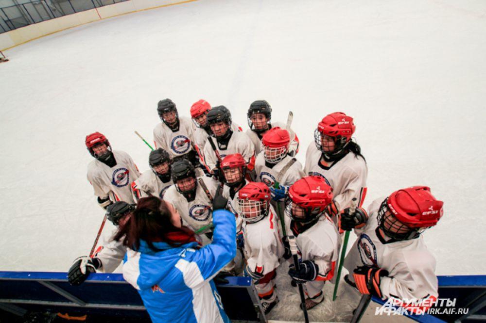 Во время перерывов, тренер китайской команды старалась повысить боевойдух игроков.