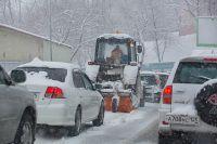 Снегоуборочная техника работает на дорогах с ночи.