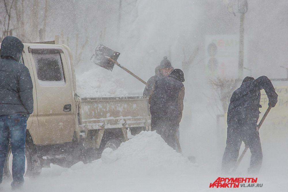 Улицы чистят от снега, но и улиц, и снега гораздо больше, чем дорожных рабочих.