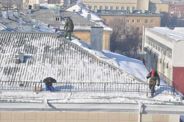 В Омске занимаются уборкой снега с крыш.