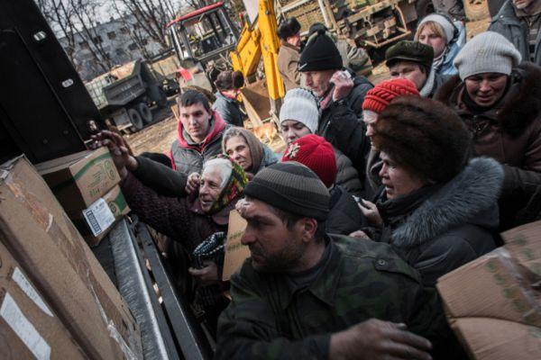 Жители Дебальцево получают гуманитарную помощь от ополченцев Донецкой народной республики (ДНР).
