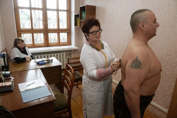 Доброволец проходит медицинскую комиссию в военном комиссариате в Донецке.