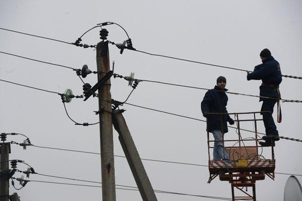 Ремонт линий электропередачи, поврежденных во время боевых действий в Дебальцево.