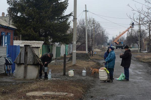Жители Дебальцево набирают воду из колодца.