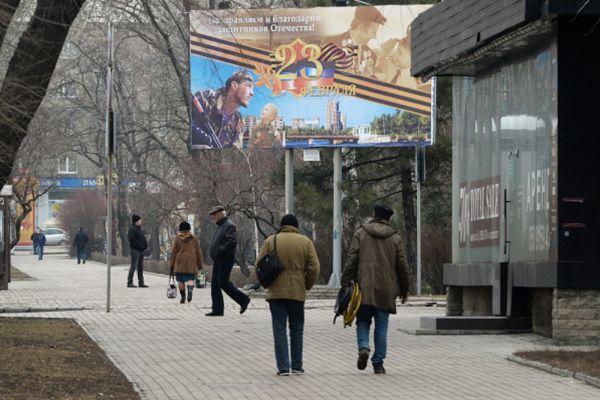 Прохожие на одной из улиц Донецка.