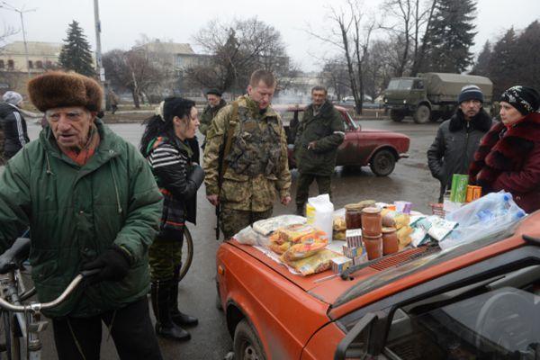 Уличная торговля продуктами в центре Дебальцево