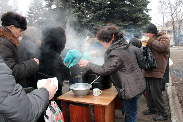 Раздача горячей пищи жителям Дебальцево.