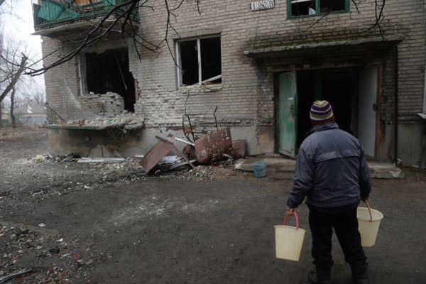 Житель Дебальцево идет за водой к колодцу.