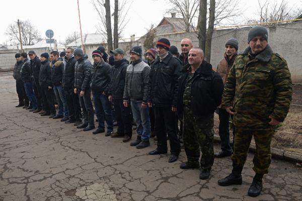 Добровольцы в военном комиссариате Ленинского района Донецка.