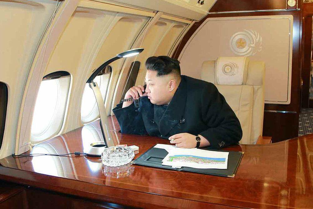 На фотографиях Ким Чен Ын был снят сидящим за столиком из розового дерева на борту самолета. Первого секретаря ЦК Трудовой партии Кореи сфотографировали глядящим в иллюминатор, а также общающимся с подчиненными.