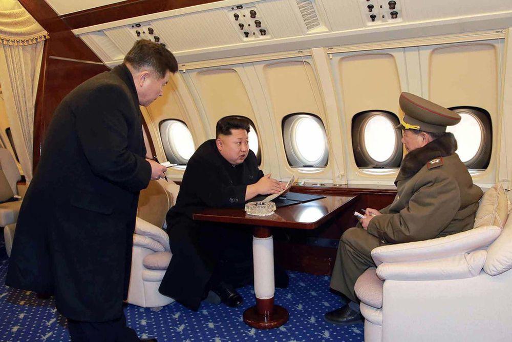 Не так давно в сети впервые в истории появились снимки интерьера личного самолета главы КНДР Ким Чен Ына. Они были выполнены во время одного из полетов авиалайнера над Пхеньяном с генсеком на борту.
