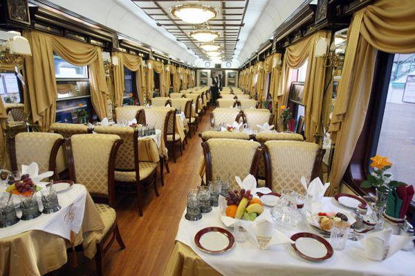 Каждый состав сопровождается врачом, а повара стажировались на аналогичном поезде Nostalgie Istanbul Orient Express.