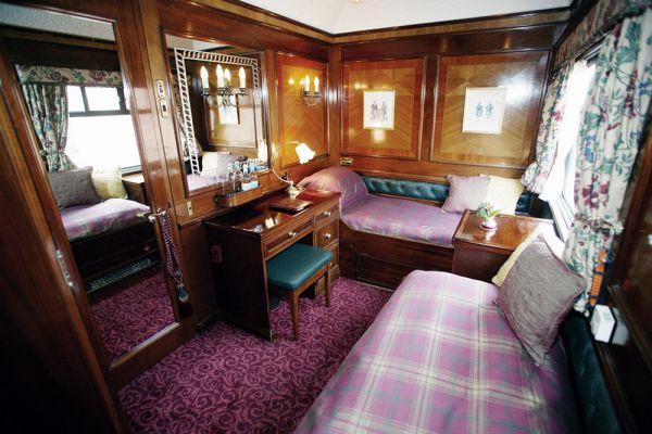 У поезда Royal Scotsman 7 разных маршрутов продолжительностью от 2 до 7 дней, но кормят везде одинково здорово: в меню местные куропатки, фазаны, оленина и, конечно же, копченый лосось. Неформальные и формальные обеды чередуются — женщинам понадобится коктейльное платье, а мужчинам — смокинг или килт.