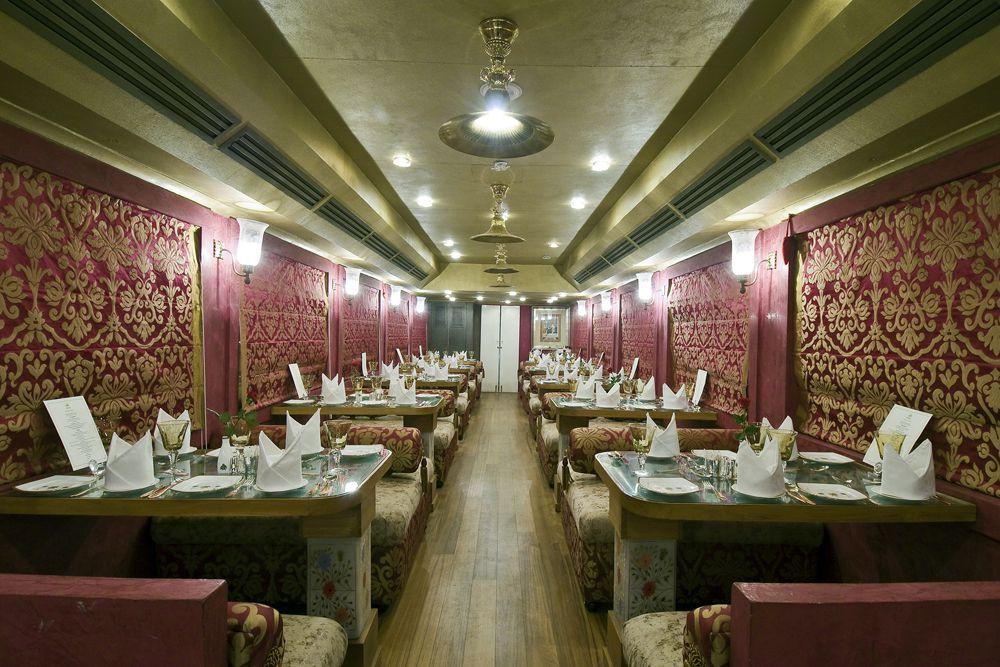 В любом из двух ресторанов можно заказать блюда не только раджастанской и индийской, но и европейской и китайской кухонь, а в вагоне-спа — сделать процедуры для лица, волос и тела. С сентября по март поезд совершает 8-дневное путешествие, которое начинается и заканчивается в Дели, а с апреля по июль можно отправиться в трехдневную поездку по «золотому треугольнику» Дели-Джайпур-Агра.