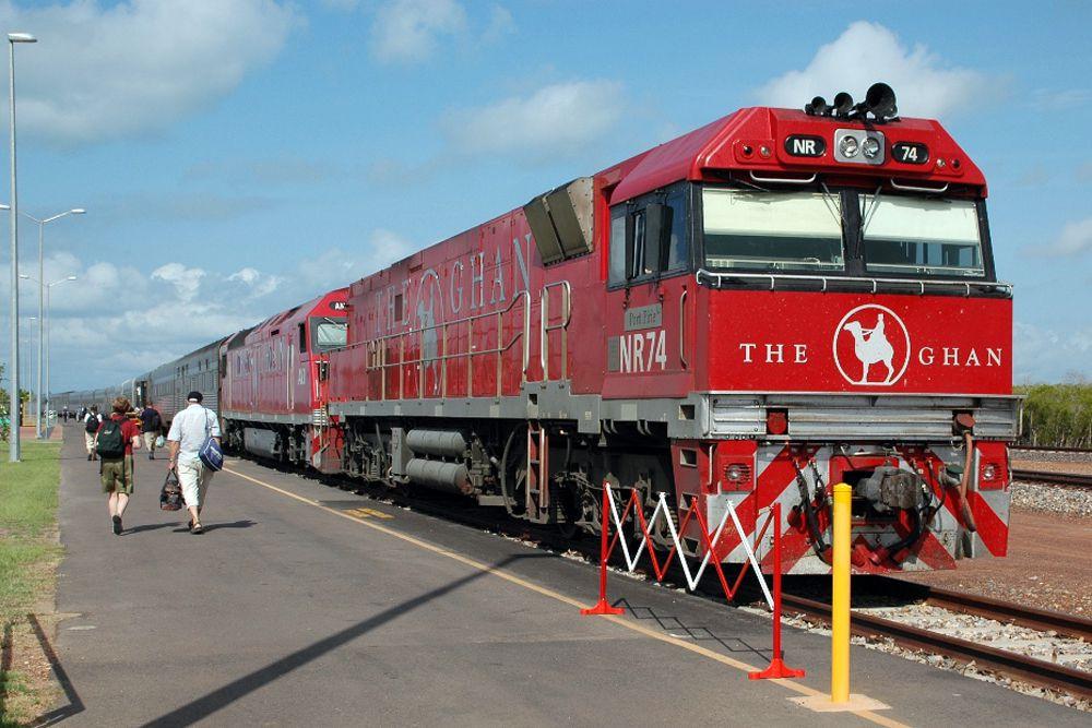 Австралийский поезд The Ghan пересекает весь континент с юга на север — от Аделаиды до Дарвина — за 54 часа. Ghan — это сокращенное afghan: поезд назван в честь афганцев, погонщиков верблюдов, которые 150 лет назад водили караваны вглубь Австралии.