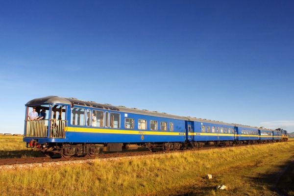 Hiram Bingham: Куско—Мачу-Пикчу (Перу). Это, пожалуй, самый короткий из подобных железнодорожных маршрутов — путешествие в один конец занимает всего три с половиной часа, зато проходит на должной высоте: из древней столицы инков Куско (3,5 км над уровнем моря) вы попадаете в легендарный «затерянный город» Мачу-Пикчу (2,43 км). Большинство пассажиров собирается на открытой смотровой площадке в последнем вагоне, и под аккомпанемент перуанских гитаристов, расположившихся тут же, в баре, поезд не спеша движется мимо живописных гор, долин и водопадов.