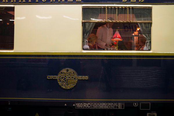 The Venice Simplon Orient-Express: Париж — Стамбул, Лондон — Венеция. Знаменитый «Восточный экспресс» — эталон для всех поездов подобного класса. Он путешествует по разным странам Европы с марта по ноябрь и состоит из вагонов 1920-х годов (для исторической точности в купе отсутствует душ). Раньше эти вагоны возили пассажиров не только «Восточного», но и других экспрессов — «Римского», «Южного», «Северного», «Лузитанского», а также встречали в портах пассажиров океанских лайнеров.