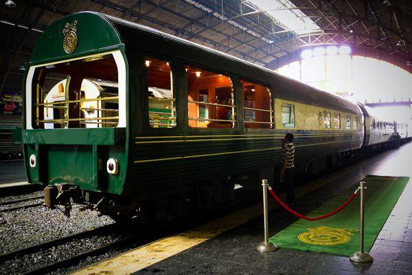Royal Rajasthan: круговой маршрут из Дели; Дели — Джайпур — Агра. До недавнего времени самым изысканным поездом Индии считался Palace on Wheels, полностью оправдывавший свое название — «Дворец на колесах». Все изменилось в январе 2009 года, когда был запущен Royal Rajasthan on Wheels, известный также как «Дворец на колесах — 2», — именно его теперь называют самым роскошным поездом Индии.