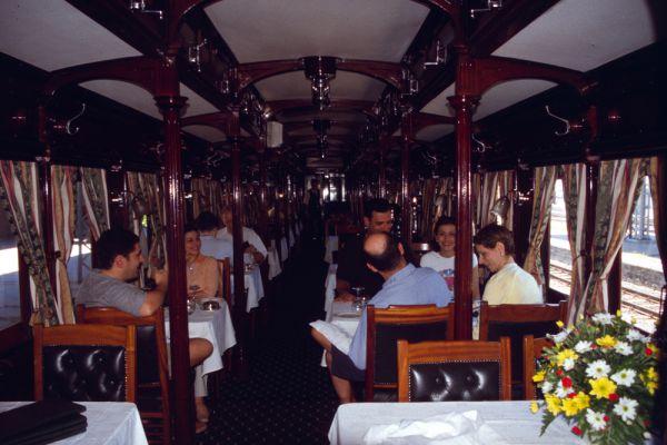 Pride of Africa: Кейптаун — Претория. Южноафриканский поезд Pride of Africa называет себя самым роскошным поездом на свете — и не зря: в нем есть купе-сьюты площадью 16 кв. м, а таких на туристских поездах больше нет нигде. Самый популярный маршрут — 1600 км между Кейптауном и Преторией — поезд преодолевает за двое суток, останавливаясь по ночам для того, чтобы пассажиры могли спокойно поспать.