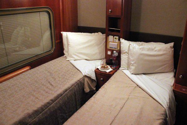 В The Ghan три класса; самый роскошный — Platinum Service: в просторном купе двуспальная или две односпальных кровати, душ и два окна — так что пейзажи (от пустынных до тропических) разворачиваются по обе стороны.