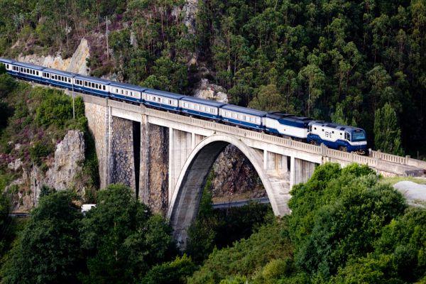 El Transcantabrico: Сантьяго-де-Компостела—Леон (Испания). «Представьте себе: вы провели восемь дней в поезде, а вам мало!» — с такой фразы начинается реклама испанского поезда Транскантабрико, который курсирует между Сантьяго-де-Компостела и Сан-Себастьяном на севере Испании (второй вариант маршрута — Сантьяго-де-Компостела — Леон). Мало, впрочем, не покажется, так как программа путешествия чрезвычайно насыщенна: каждый день две экскурсии по средневековым городам Галисии, Астурии, Кантабрии и Страны Басков, через которые проходит поезд, а также обед и ужин в лучших местных ресторанах.