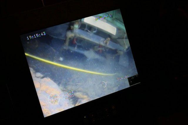 Вид автомобиля, провалившегося под лед, с экрана телеуправляемого подводного аппарата.