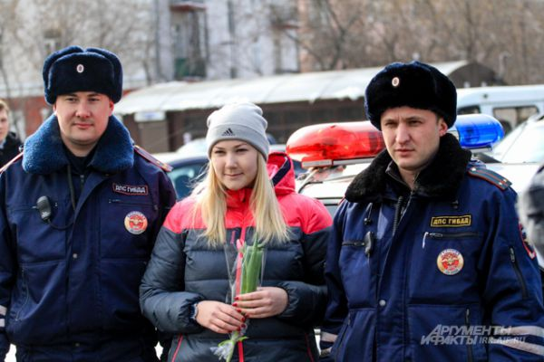 Получить цветы из рук серьезного полицейского вдвойне приятно.