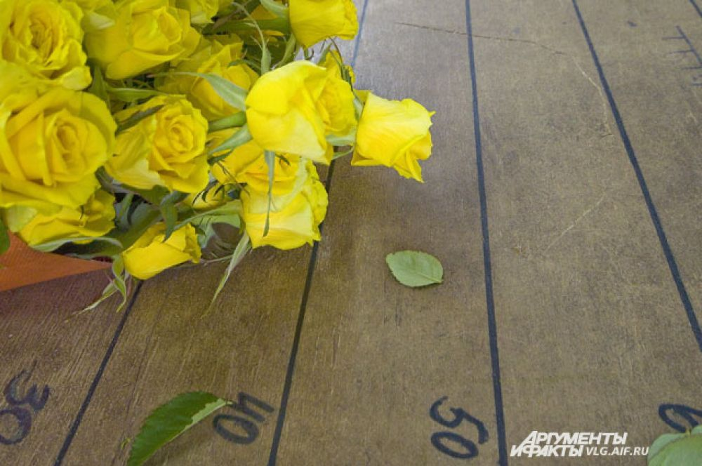 Если каждый день менять воду в вазе, волгоградские розы могут простоять около 2 недель.
