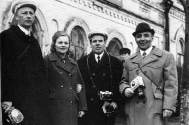 Клавдия и Савелий Шмырины (в центре) с друзьями.