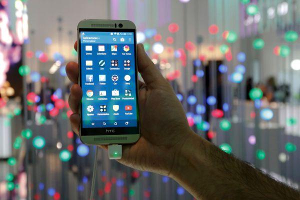 HTC One M9. Новый флагман от HTC внешне практически ничем не отличается от прошлогодней модели. Нельзя сказать, что это плохие новости: дизайн One традиционно считается в индустрии одним из лучших. По сути, M9 — это тот же M8, но с более мощным процессором, обновленной до пятой версии Android и до седьмой — оболочкой Sense. Единственное заметное отличие — камера. Разрешение матрицы новой камеры — 20 Мпикс против 4 Мпикс у прошлогодней модели.
