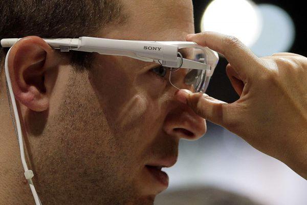 Корпорация Sony продемонстрировала нескольо новых продуктов, которые многие посчитали знаковыми. В частности речь идет о смарт-очках Smart Eyeglass, которые могут стать очередным достойным конкурентом Google Glass. Смарт-очки Sony содержат два миниатюрных светодиодных проктора, которые воспроизводят изображение на голографических полосах обеих линз. Второе поколение Smart Eyeglass уже готово к тестированию. Эта версия уже содержит встроенную камеру. Также при помощи смарт-очков Sony можно будет при просмотре спортивных соревнований параллельно отслеживать информацию об игроках.