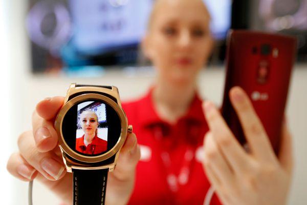 Еще одной интересной умной новинкой MWC 2015 стали LG Watch Urbane LTE. Внешне они представляют собой усовершенствованную версию прошлогодних G Watch R, но на самом деле существенно от них отличаются. Urbane LTE работают на webOS, собственной операционной системе LG (она же используется в Smart TV от этой компании), а не на Android Wear. У такого решения две стороны: с одной — часы теряют «родную» поддержку сервисов Google, но с другой — разработчики могут наделить устройство функциями, недоступными часам на Wear. Например, поддержкой LTE.