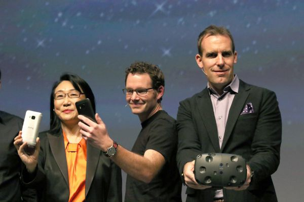 Шлем виртуальной реальности HTC Vive. Шлем виртуальной реальности Vive стал одним из самых громких и неожиданных анонсов MWC 2015. Его созданием HTC занимается совместно с Valve, компанией — создателем самого крупного в мире сервиса цифровой дистрибуции компьютерных игр Steam. Vive с помощью специальных сенсоров и лазеров фиксирует все движения человека. Можно ходить по комнате, прыгать, приседать, наклонять корпус — в виртуальном пространстве все ваши действия будут скопированы в точности и практически без задержек.