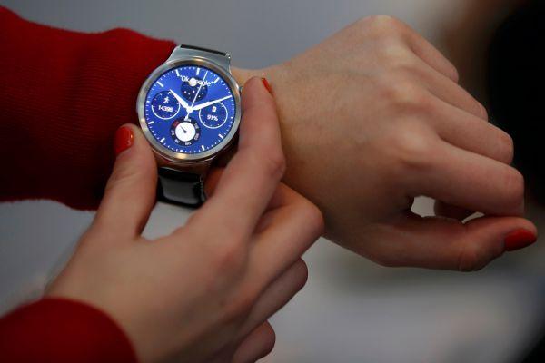 Больше всех удивила компания Huawei: мало кто ожидал, что именно ей удастся  создать едва ли не самые красивые умные часы на Android Wear. Диагональ — 1,4 дюйма, а разрешение — 400 на 400 пикселей. Матрица — AMOLED, которая известна высокой контрастностью и энергоэффективностью. Циферблат сделан из сапфирового стекла и защищен от царапин, рамка металлическая — нержавеющая сталь. Функционально перед нами все тот же Android Wear: просмотр уведомлений, отправка СМС, голосовой поиск и т. д. В продажу часы поступят в 20 странах мира, и Россия есть в их числе.
