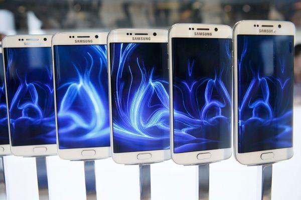 Главными героями выставки стали флагманские смартфоны: S6 и S6 Edge от Samsung и HTC One M9. S6 и S6 Edge ознаменовали новый этап в развитии Samsung. Из года в год корейская компания делала свои флагманские смартфоны пластиковыми. Они были практичны, но смотрелись дешево на фоне многих, даже бюджетных конкурентов.  Корпус нового смартфона Samsung S6 теперь цельнометаллический.