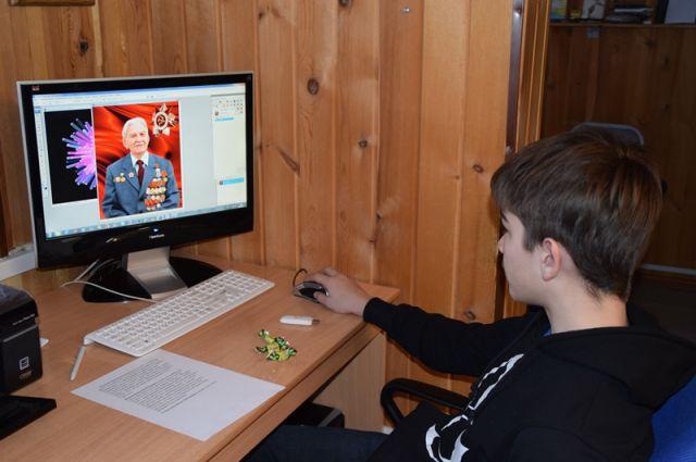 Портреты ветеранов обрабатывают юные ученики студии компьютерной живописи.