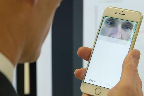 Touch ID, сканер отпечатков пальцев от Apple, сделал процесс разблокировки iPhone и iPad очень простым. Китайская компания ZTE придумала, как сделать его еще проще. Их новый смартфон Grand S3 можно разблокировать глазами. Эта функция называется Sky Eye. Ее настройка довольно проста. По экрану вверх-вниз двигается зеленая полоска, на которую пользователю нужно неотрывно смотреть в течение восьми секунд. В это время биометрический сенсор Eyeprint ID, встроенный во фронтальную камеру, сканирует и запоминает «рисунок» сетки кровеносных сосудов в белках глаз человека.