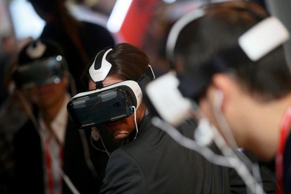 Предложив одновременно со смартфонами серии Galaxy S6 второе поколение гарнитуры Gear VR, компания Samsung не стала обозначать сроков появления этого устройства виртуальной реальности на розничном рынке, сразу подчеркнув, что имеющиеся прототипы будут пока распространяться только среди разработчиков. Gear VR второго поколения не только удобнее сидит на голове, но и имеет меньшие размеры и улучшенную систему вентиляции, а для подзарядки аккумулятора подключаемого смартфона предусмотрен разъём USB. Напомним, что Gear VR работает в связке с Galaxy S6 и Galaxy S6 Edge.